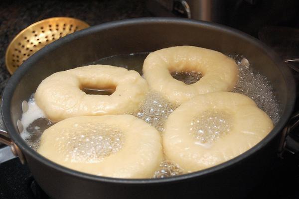 Bagels dans l'eau bouillante ©Telstar logistics licence CC BY-NC 2.0