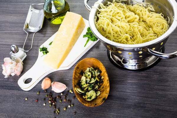 pâtes à l'ail et huile d'olive © Arina P Habich shutterstock