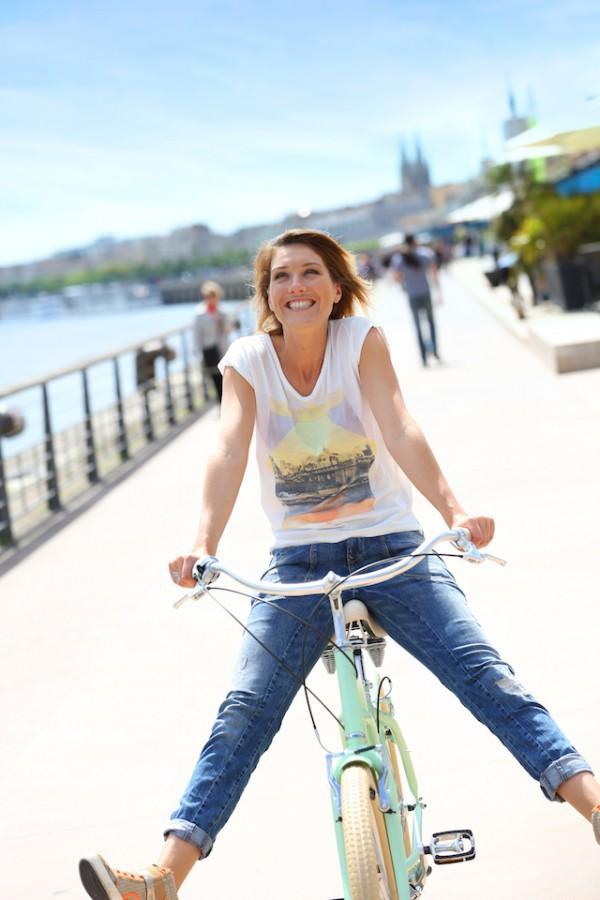 Femme à vélo Bordeaux ©Goodluz shutterstock