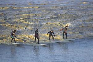 Surfeurs sur le mascaret