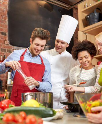 Cours de cuisine ©Syda Productions shutterstock