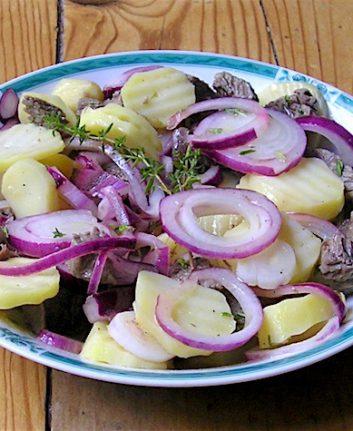 Salade de pommes de terre et oignon rouge