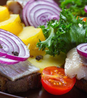 Salade de pommes de terre et hareng (c) Serhiy Shullye shutterstock