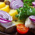 Salade de pommes de terre et hareng c Serhiy Shullye shutterstock_212619049