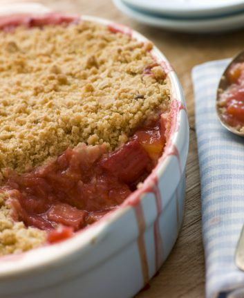 Crumble orange rhubarbe sans oeufs © Monkey Business Images shutterstock_