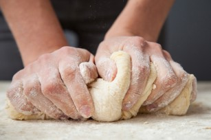 Pétrissage pâte à pain ©Maryna Pleshkun - Shutterstock