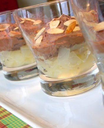 Mousse au chocolat sur lit de poires sans œufs, sans lait, sans gluten