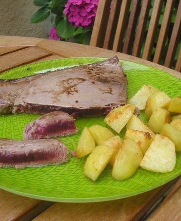 Steak de thon mi cuit et country potatoes