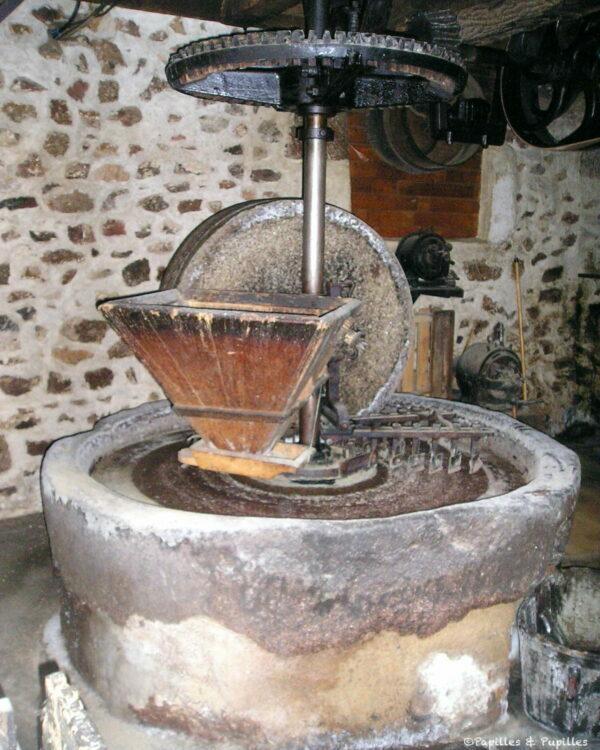 Meule en pierre, moulin Gribory