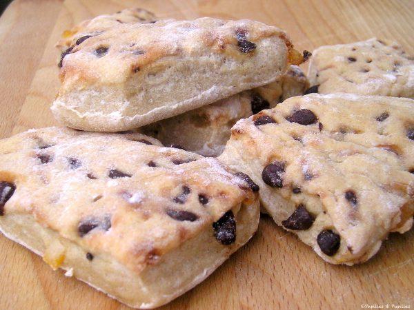 Petits pains aux pépites de chocolat et aux écorces d'oranges confites