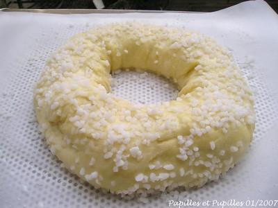 On saupoudre la brioche de sucre perlé