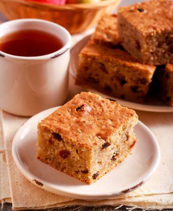 Gâteau pommes raisins cannelle ©MShev shutterstock