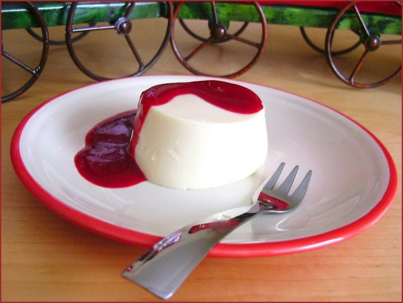 Petits flans au lait concentré et au coulis de fruits rouges sans œufs, sans gluten