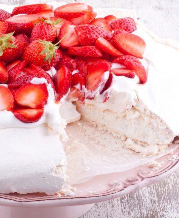 Pavlova aux fraises sans gluten ©bernashafo shutterstock