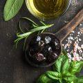 Sauce aux olives noires de Jamie Oliver © Foxys Forest Manufacture. shutterstock