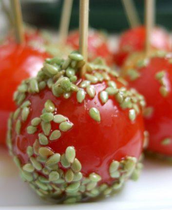 Sucettes de tomates cerise au caramel de wasabi