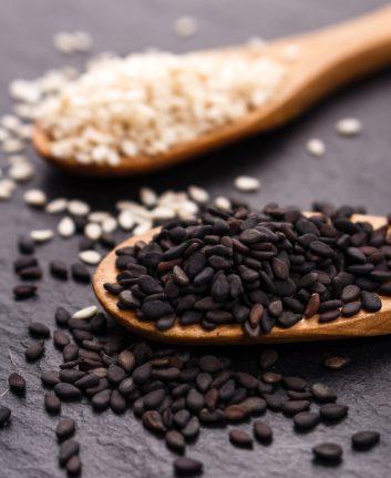 Grains de sésame noirs et blancs © Narsi shutterstock