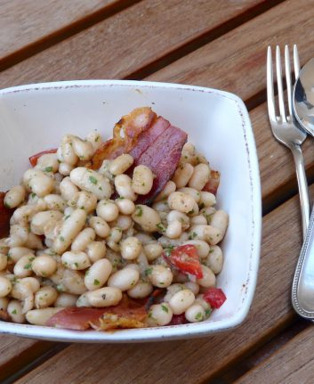 Salade de haricots blancs et ventrèche grillée