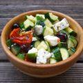 Salade de courgettes feta olives noires et tomates confites
