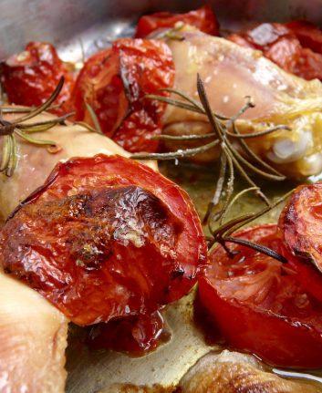 Poulet au vinaigre de Xérès, tomates et romarin
