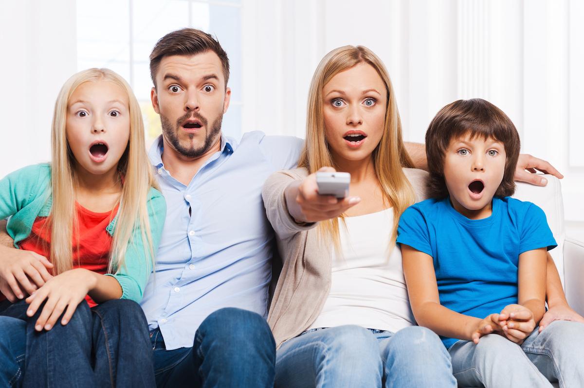 Famille devant la télé ©g-stockstudio shutterstock