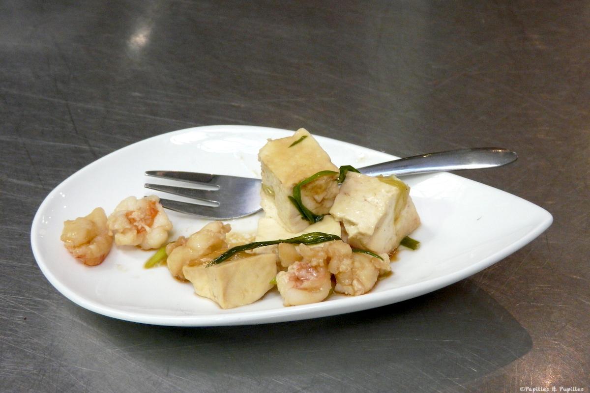 Tofu aux crevettes dans l'assiette