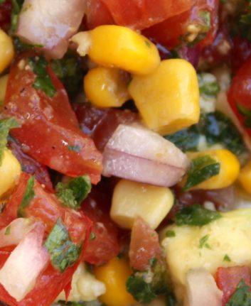 Salsa à l'avocat, aux tomates, maïs et cumin