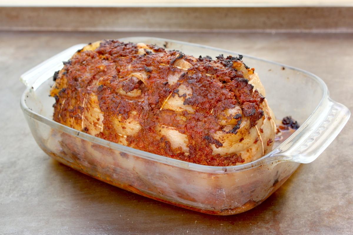 Rôti d'agneau en croûte de tomates confites