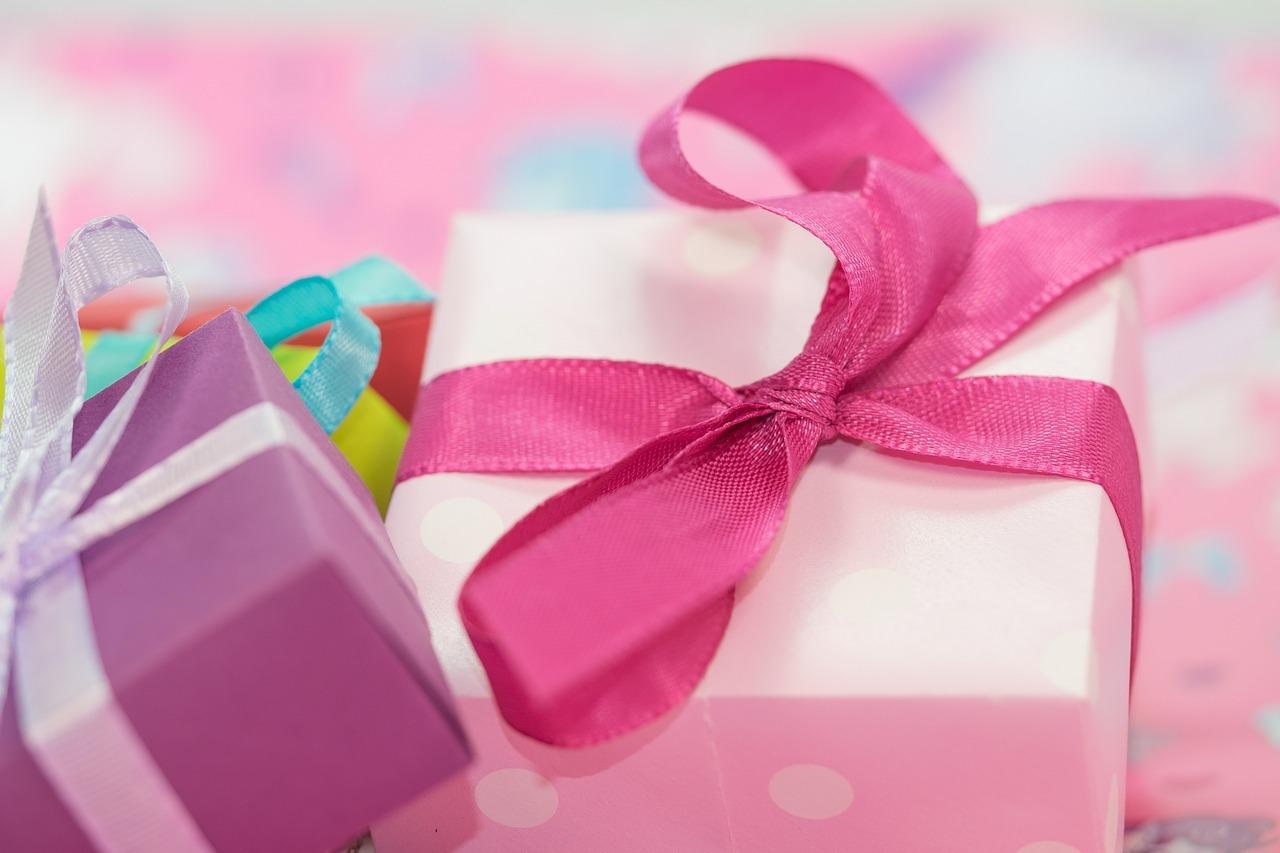 Cadeau (c) Blickpixel CC0 Public Domain Pixabay