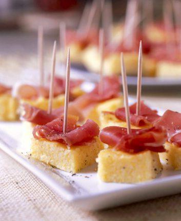 Brochettes de polenta au jambon cru