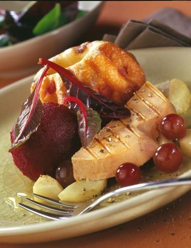 Foie Gras chaud sur topinambours et ails confits, sorbet de betterave, kugelhof au lard et aux noix