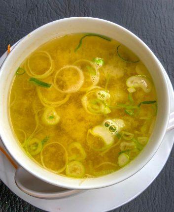 Soupe à l'oignon et au miso d'orge © Gianfranco Vivi. shutterstock