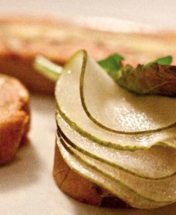 Terrine de foie gras de canard au Comté et noix grillées