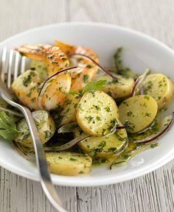 Salade de Rattes aux gambas, à la coriandre et à l'oignon rouge