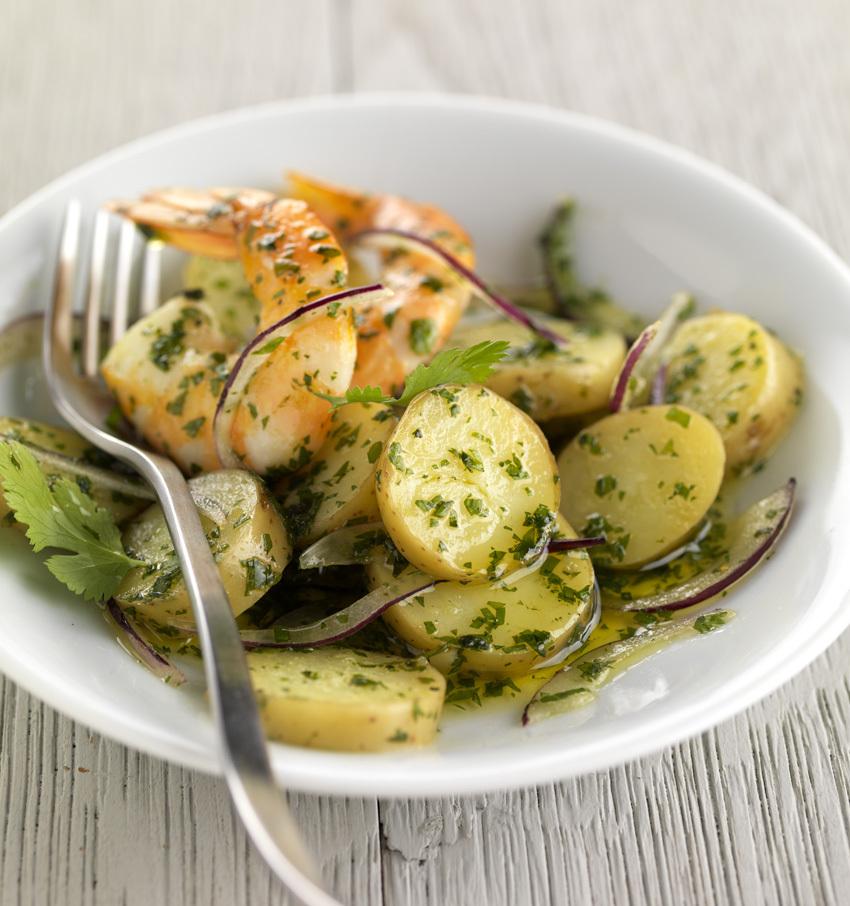 Salade de pommes de terre Ratte aux gambas, à la coriandre et à l'oignon rouge