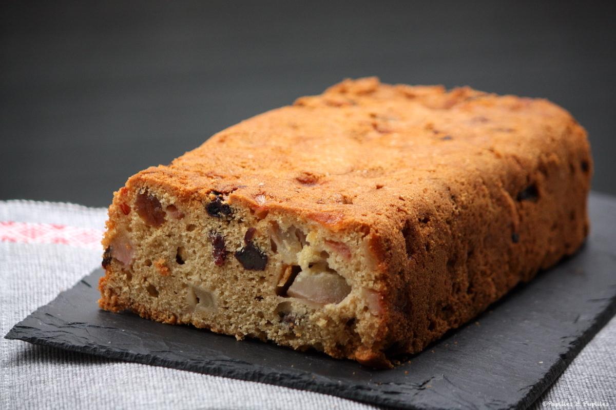 Cake aux poires, raisins et cardamome
