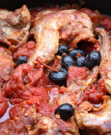 Lapin aux tomates et aux olives noires