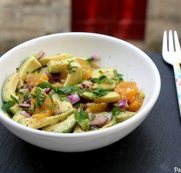 Salade d'avocat aux agrumes et à l'oignon rouge