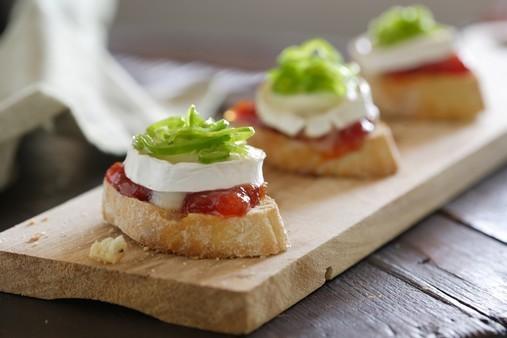 Toasts de chèvre et poivron vert confits à la marmelade de tomate