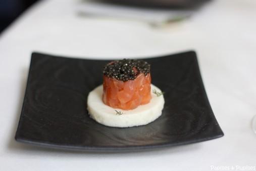 Cylindre de saumon au caviar sur une gelée croquante de chou fleur