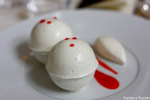 Fraises macérées au sucre et curaçao et meringue de chantilly