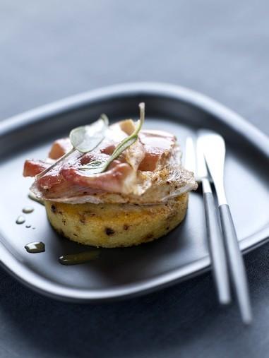 Polenta grillée aux olives noires, jambon cru, saltimbocca de veau ©Aoste
