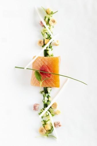 Saumon d'Écosse, vinaigrette de saucisson Lyonnais, effilochée de chicons aux noisettes ©Gaëtan Miclotte