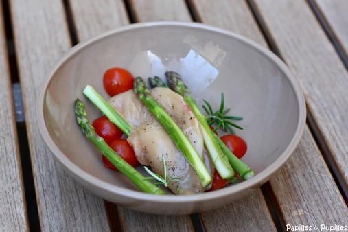 Blanc de poulet, asperges, tomates cerise et romarin