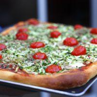 Pizza courgettes râpées mozzarella et tomates cerises