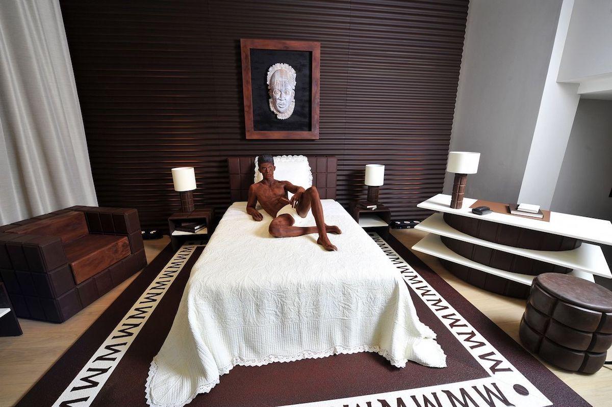 Suite en chocolat signée Karl Lagerfeld