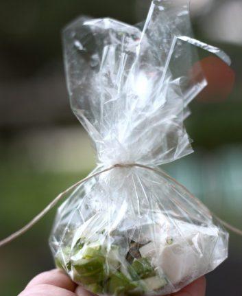 Papillote de cabillaud aux asperges et palet de chèvre frais