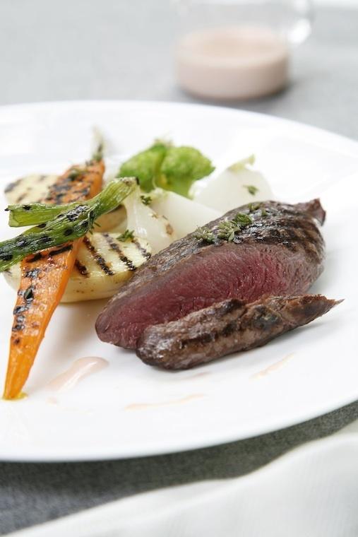 Steak de cheval (merlan) grillé aux petits légumes, crème d'ail rose