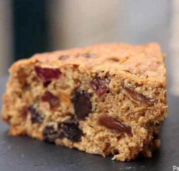 Tranche de cake au poivre et aux raisins secs