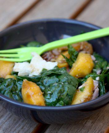 Salade de pêches au jambon, pousses d'épinards et noix de pécan